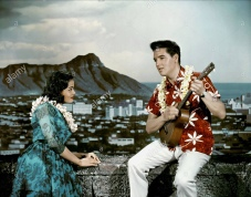JOAN BLACKMAN & ELVIS PRESLEY Film 'BLUE HAWAII' (1961) Directed By NORMAN TAUROG 22 November 1961 CTM42956 Allstar/Cinetext/HAL WALLIS PRODUCTIONS **WARNING** This photograph can only be reproduced by publications in conjunction with the promotion of the above film. For Editorial Use Only.